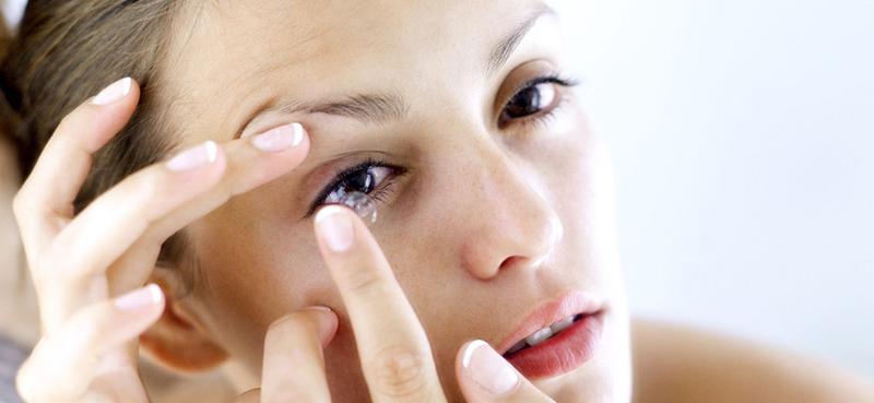 d37339dd5dbc Kvinde indsætter sine kontaktlinser i sit øje